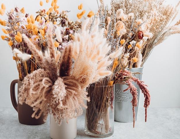 Букеты из сухих цветов и трав, модное украшение интерьера, идея для цветочного магазина кустарного промысла.
