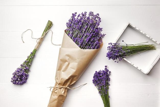 나무 테이블에 천연 프로방스 라벤더 꽃의 꽃다발