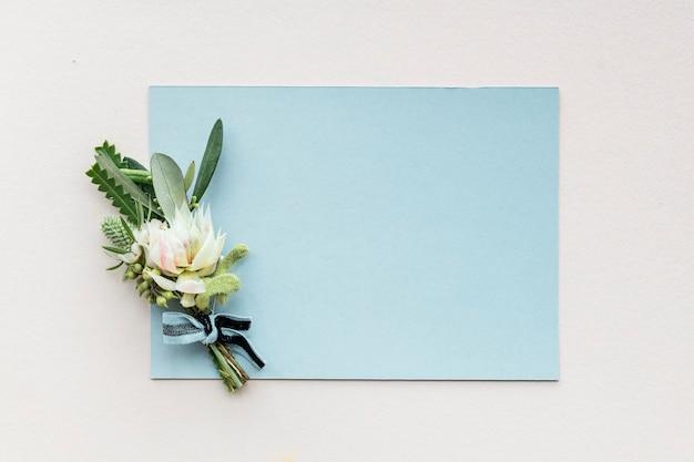 Бутоньерка на пустой карточке Premium Фотографии