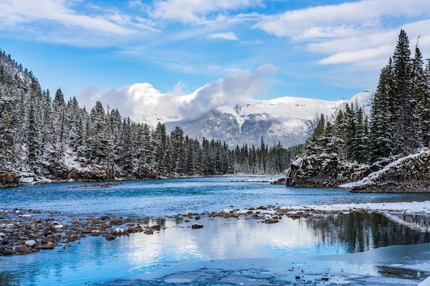눈 덮인 겨울에 보우 폭포 뷰포인트입니다. 밴프 국립 공원 보우 강 경치 좋은, 캐나다 로키산맥.