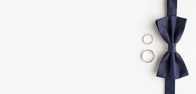 Галстук-бабочка и обручальные кольца копируют пространство Premium Фотографии
