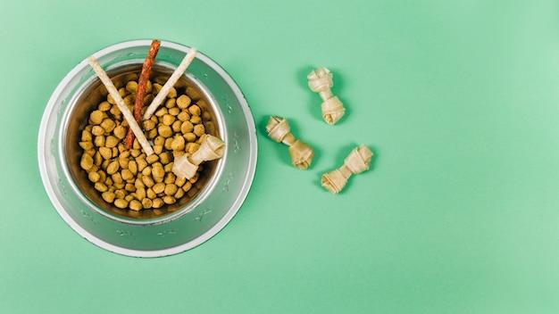 녹색 배경에 그릇 및 애완 동물 daities