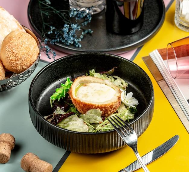 Ciotola di pollo impanata ripiena di formaggio e lattuga