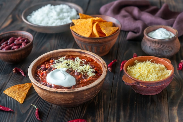 Bowl of chili con carne with the ingredients
