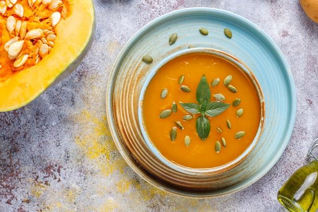 Ciotola di deliziosa zuppa di zucca con semi.