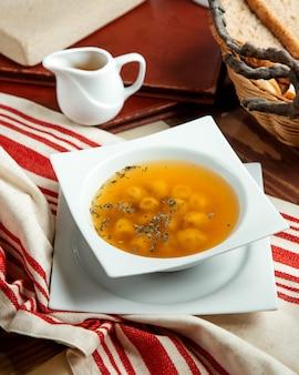 Una ciotola di zuppa di gnocchi di dushbara servita con aceto