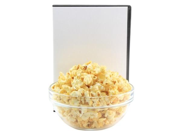 Чаша полная карамельного попкорна с dvd-диском. изолированные