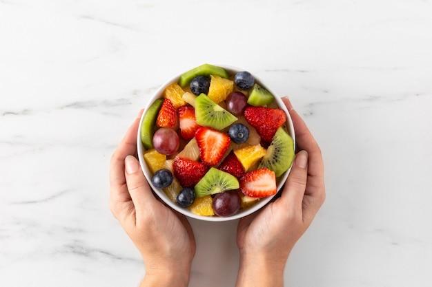 Ciotola di vista dall'alto di frutta sana