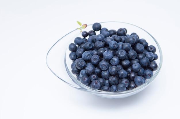흰색 테이블에 belberries의 그릇