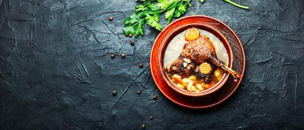 Чаша аппетитного здорового гусиного или утиного супа. куриный суп. копировать место