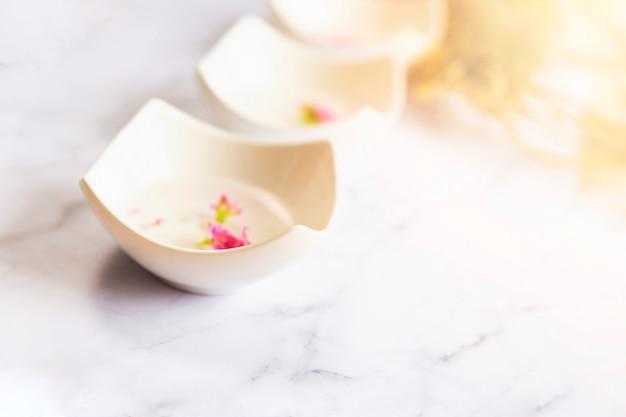Чаша с арома-спа-водой, расположенная в ряд