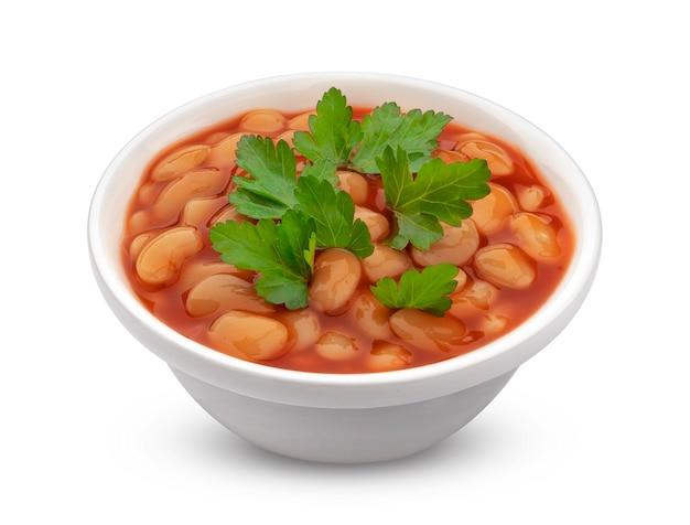 토마토 소스에 구운 콩의 그릇 흰색 배경에 고립