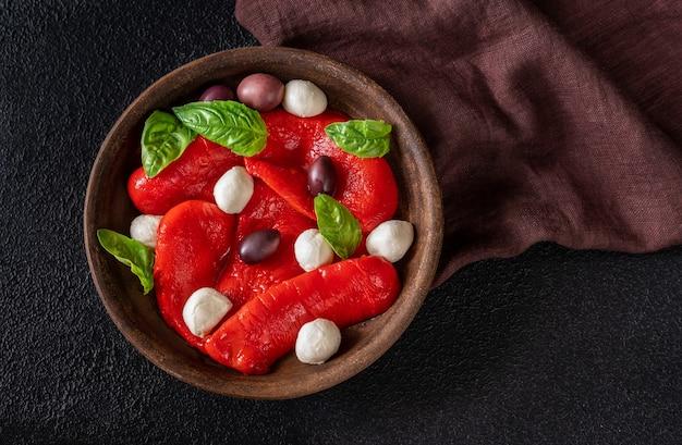 Чаша запеченного болгарского перца с моцареллой и оливками каламата