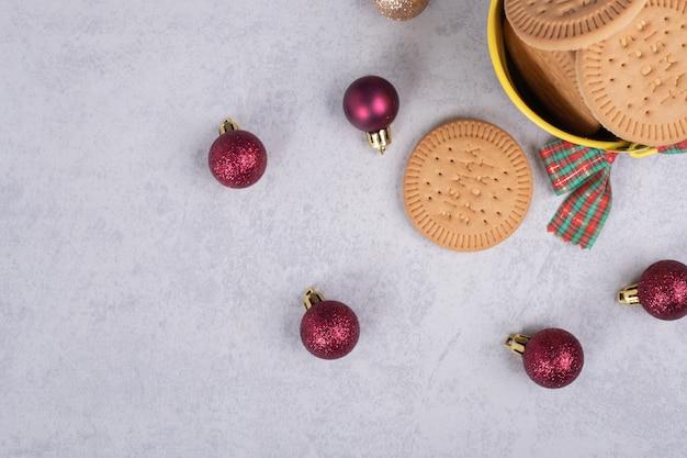 비스킷과 대리석 배경에 크리스마스 공의 그릇. 고품질 사진
