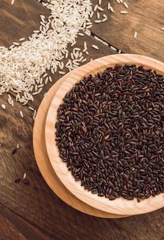 테이블에 흰 쌀과 갈색 유기농 쌀 곡물의 그릇