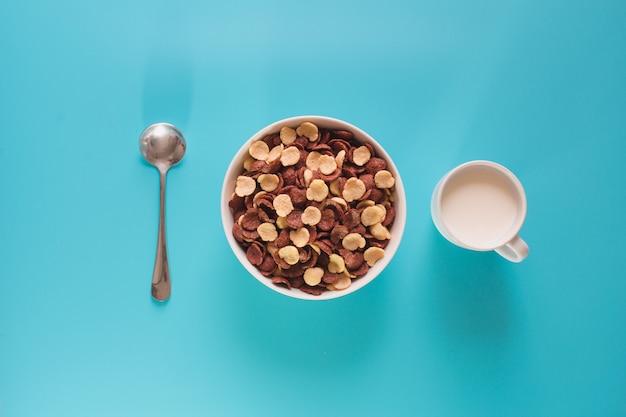 Чаша из зерновых и молока с высоты