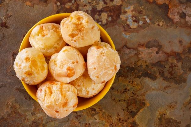 녹슨 슬레이트 돌에 치즈 빵 그릇.