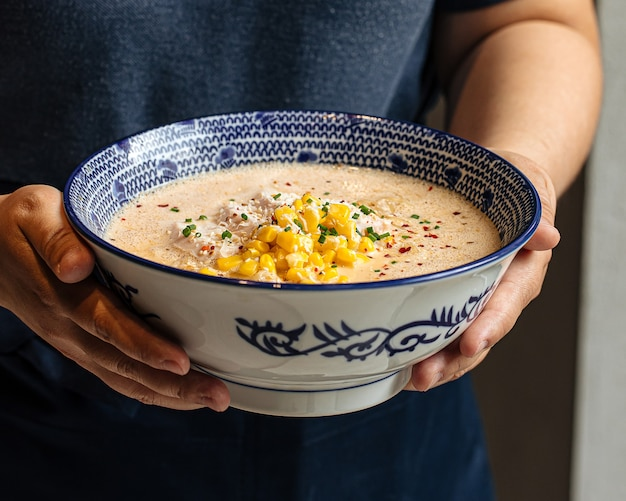 Чаша сырного супа из лапши рамэн с кукурузой