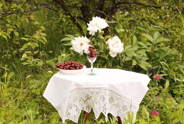 정원에 있는 테이블에 체리 한 그릇