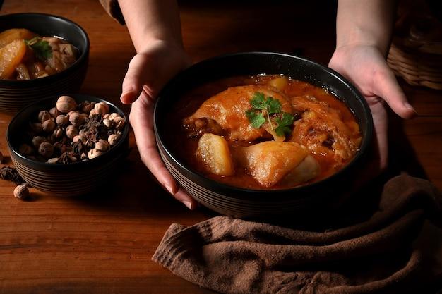 チキンマッサマンカレースープのボウル