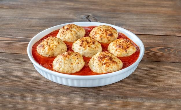 Чаша куриных тефтелей с томатным соусом