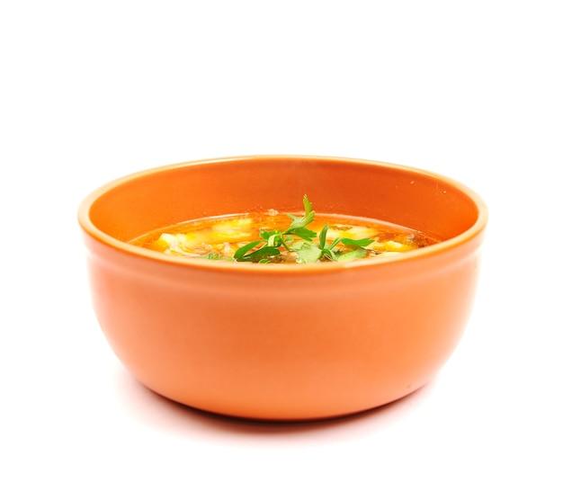 Чаша куриного супа на белом