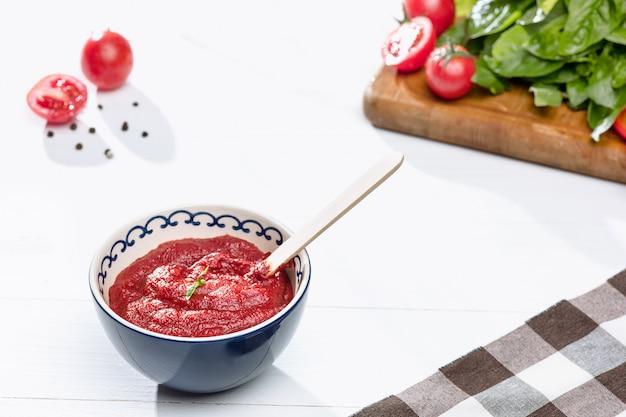 시골 풍 테이블에 다진 된 토마토의 그릇