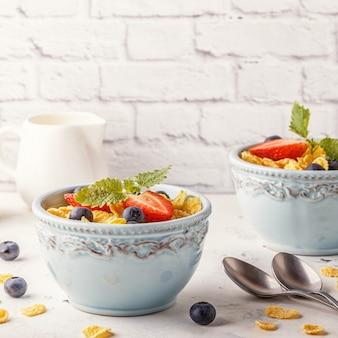 딸기와 민트와 콘플레이크의 그릇