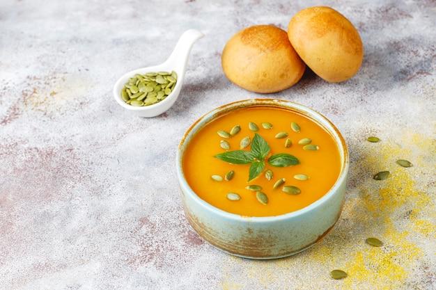 種が入ったおいしいカボチャスープのボウル。