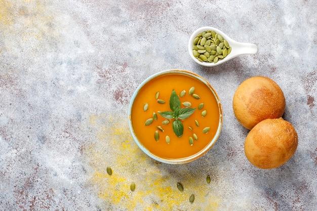Чаша вкусного тыквенного супа с семенами.
