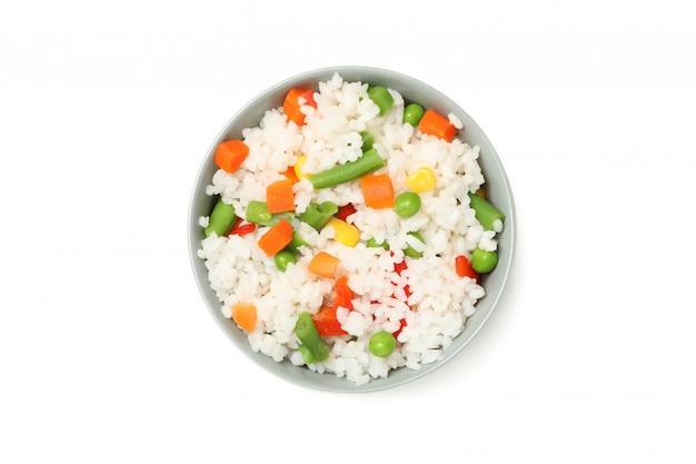 Чаша вкусный рис с овощами, изолированные на белой поверхности