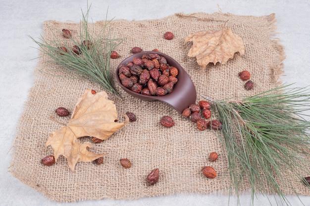 ドライクランベリーと黄麻布の葉のボウル。高品質の写真