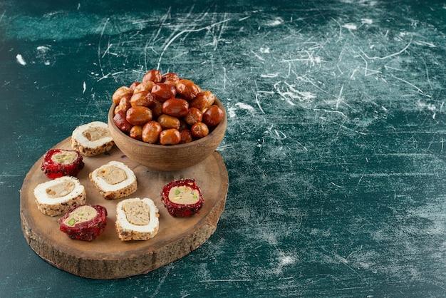 말린 대추의 그릇과 나무 조각에 달콤한 즐거움.