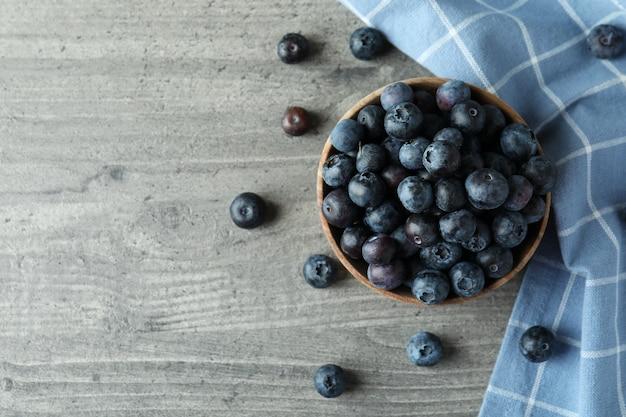 회색에 신선한 블루 베리의 그릇