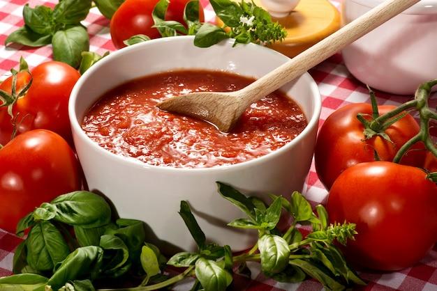Чаша из свежего здорового домашнего томатного пюре Premium Фотографии