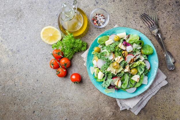 灰色の野菜と緑の新鮮な健康的なサラダのボウル