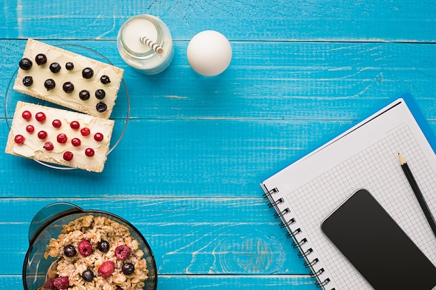 청록색 소박한 테이블에 블루베리와 신선한 오트밀 죽 한 그릇