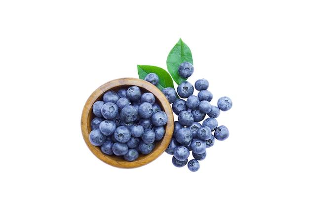 흰색 배경에 고립 된 잎 신선한 유기농 블루베리 그릇