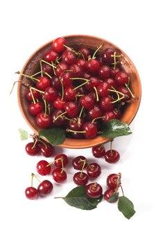 Чаша из свежей красной вишни