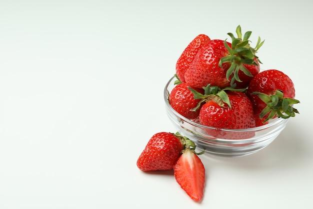 白い表面に新鮮なイチゴのボウル
