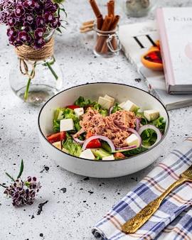 Чаша салата из свежего тунца с сыром