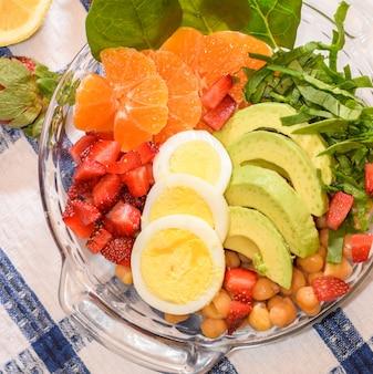 キッチンの新鮮な野菜とフルーツサラダのボウル