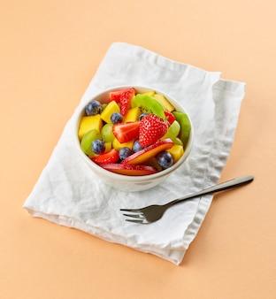 Чаша фруктового салата. кусочки свежих фруктов для здорового завтрака