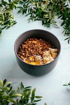 蜂蜜とヨーグルトとグラノーラの朝食のボウル