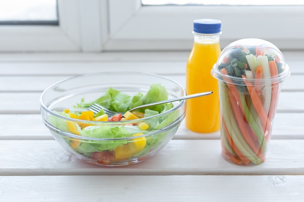 그린 샐러드 생 야채 그릇과 오렌지 주스 병 체중 감량 다이어트 및 올바른 영양