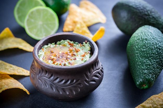 Чаша из гуакамоле хумус
