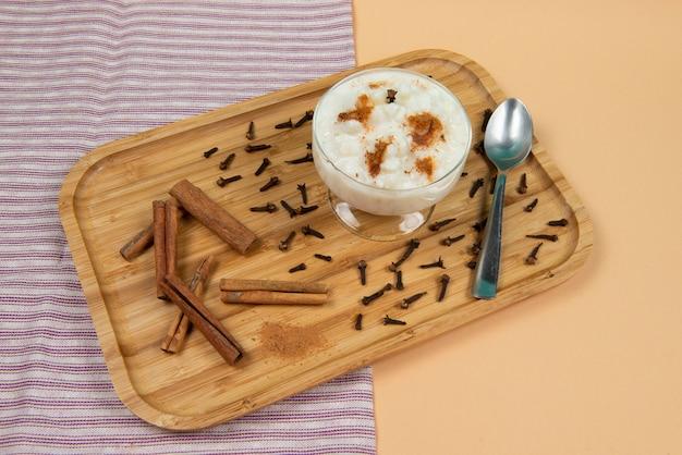 木製トレイ上のhominy(canjica)のボウル