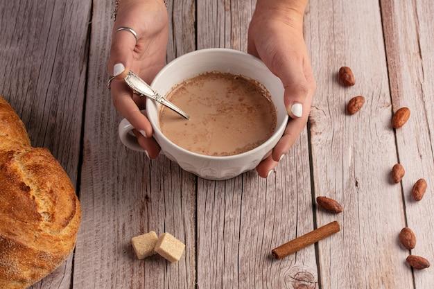 Чаша горячего шоколада утром на деревянном столе