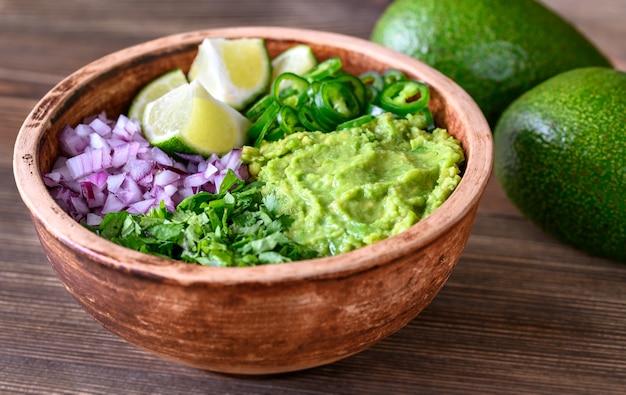 Чаша ингредиентов для крупным планом гуакамоле