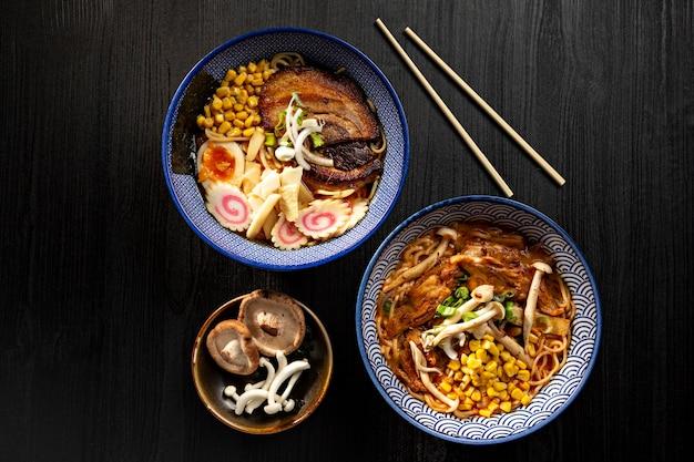 上から見た暗い表面に日本の味噌ラーメン スープのボウル。日本の麺。
